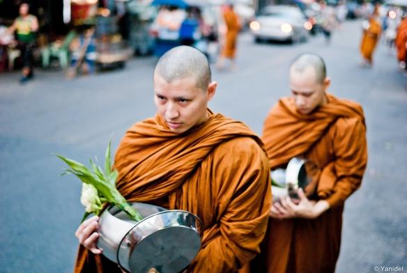 Bangkok-monks-daily-food-collection-1