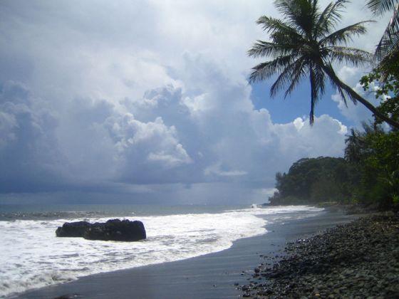 Plage_sable_noir_Tahiti