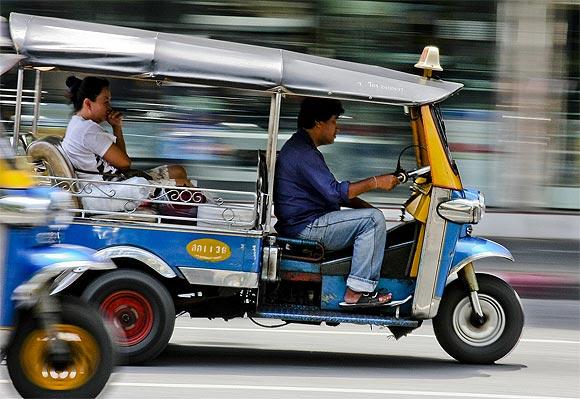 tuk-tuk-bangkok_source backpackingasia